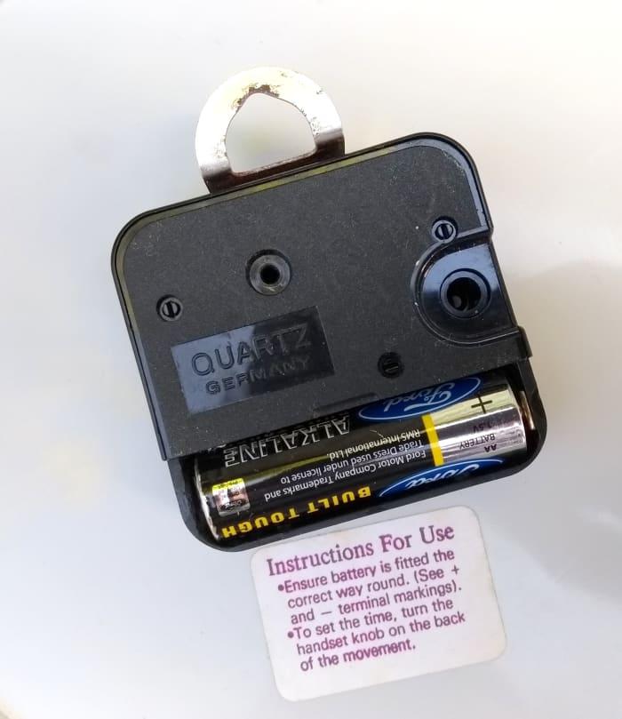 Para acceder al mecanismo, debe quitar la tapa del compartimento que contiene los engranajes y la electrónica.