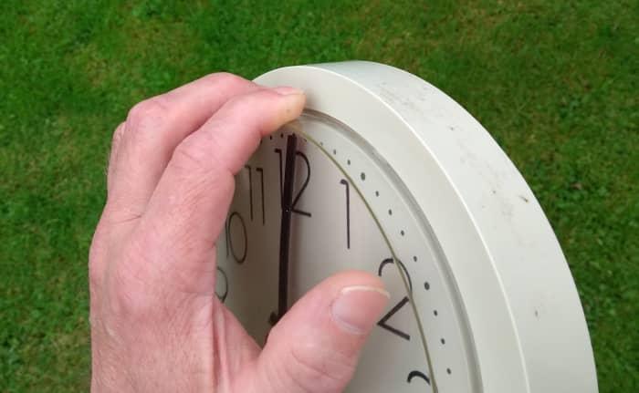 Puede separar las orejetas de la cubierta frontal de algunos relojes presionando hacia abajo con los dedos y tirando hacia afuera al mismo tiempo.