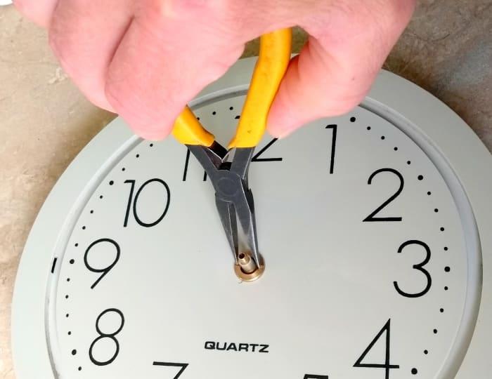 Coloque el anillo de retención para el movimiento del reloj.  No lo apriete excesivamente, ya que puede deformar el interior del movimiento.